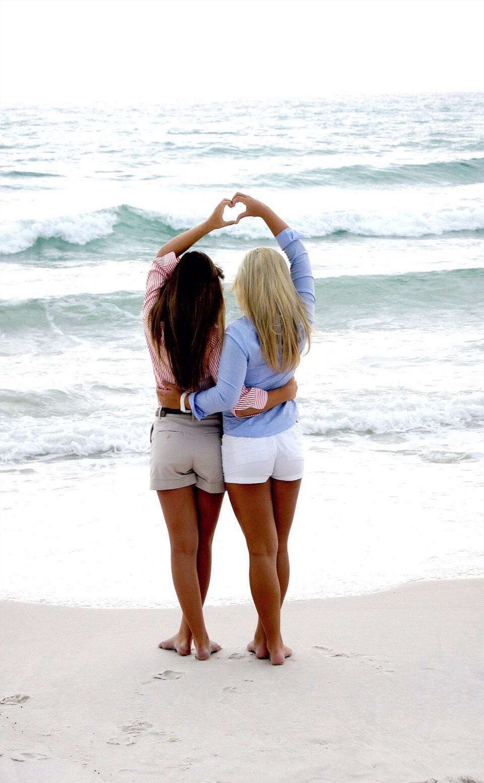 Бойфренды фотографируют подружек отдыхая у моря  230725