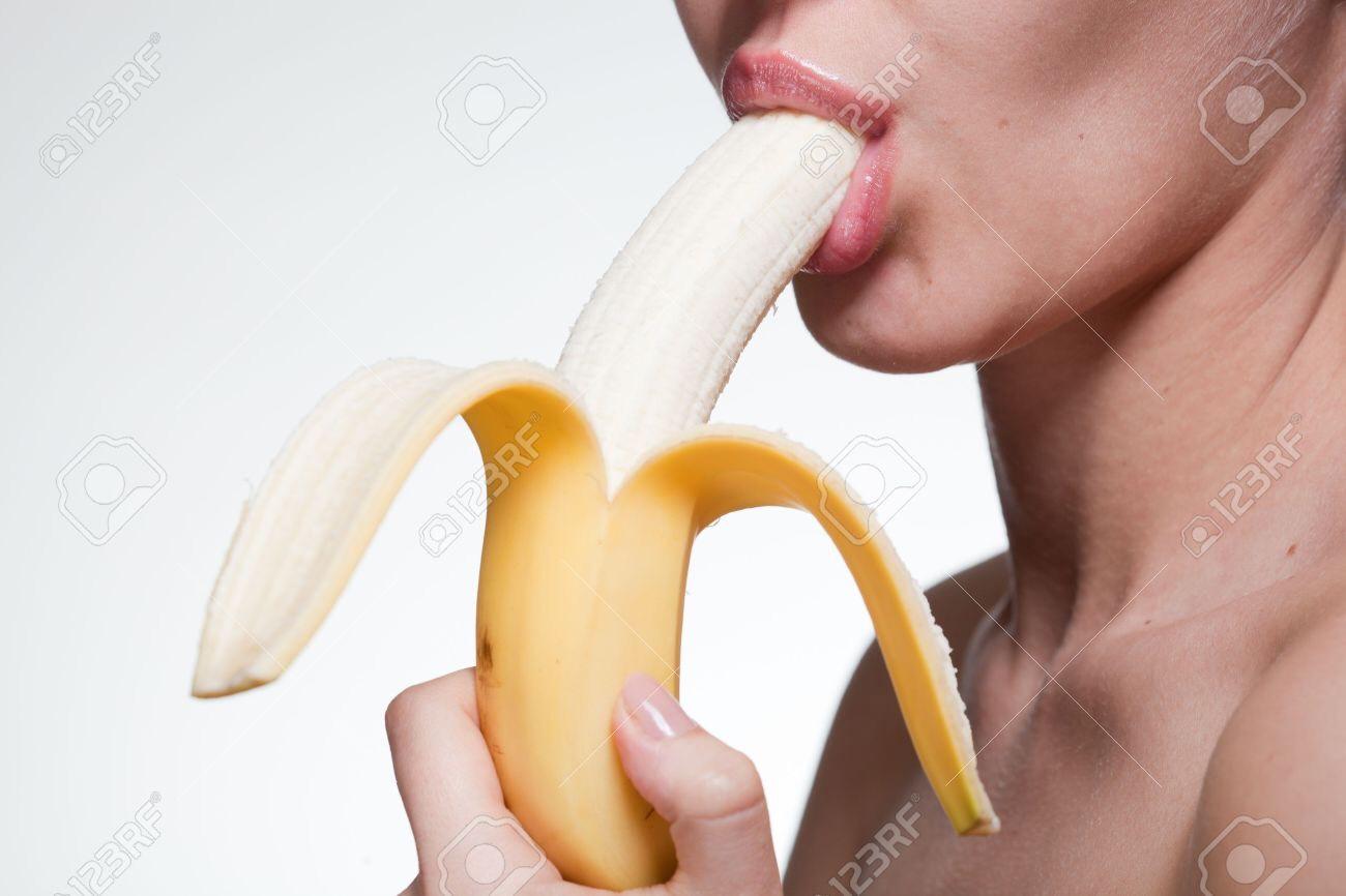Фото девушки дома есть банан