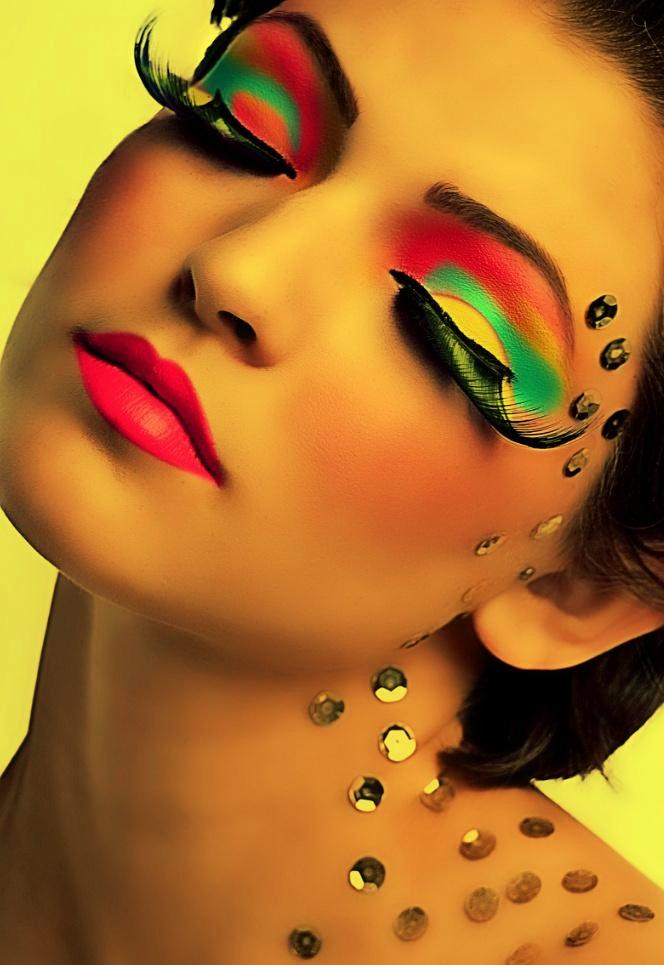 Фото яркого макияжем