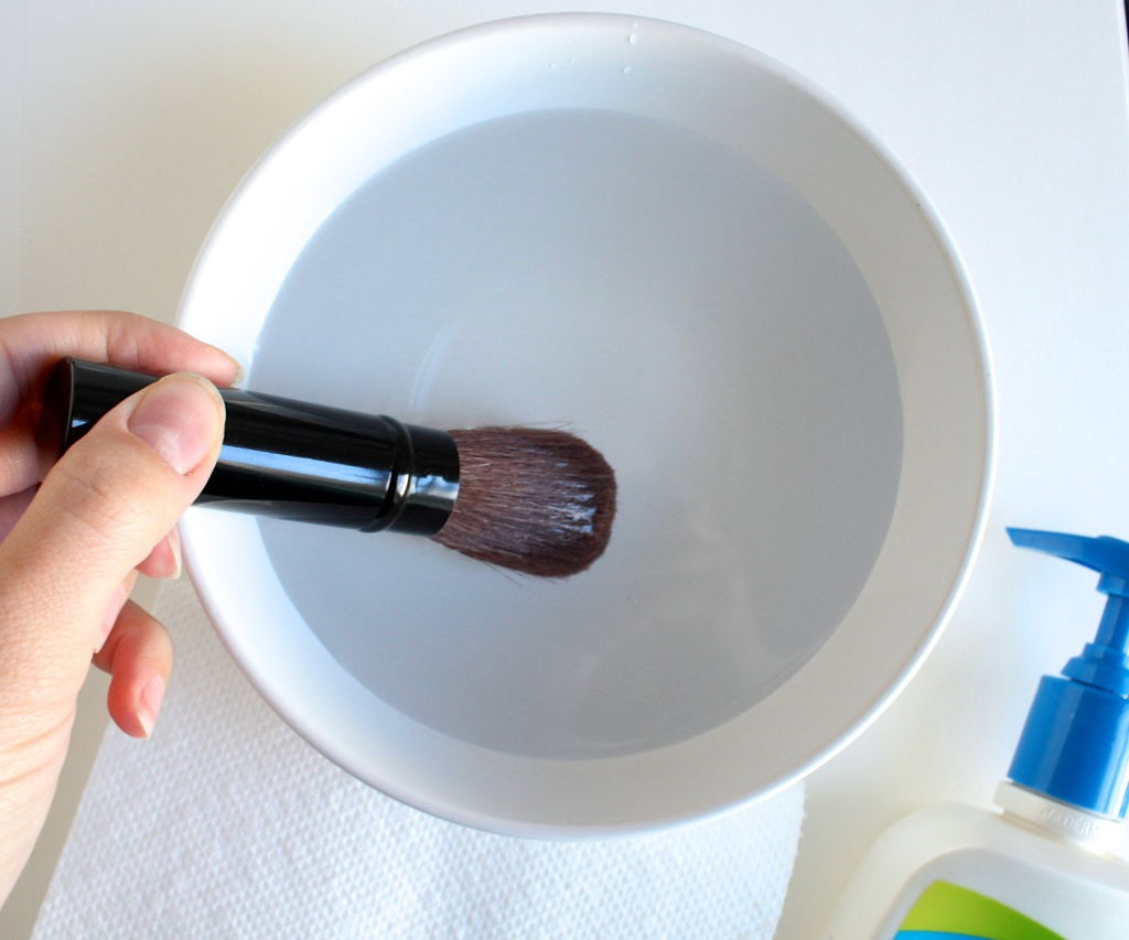 how to clean makeup brushes with dish soap and vinegar