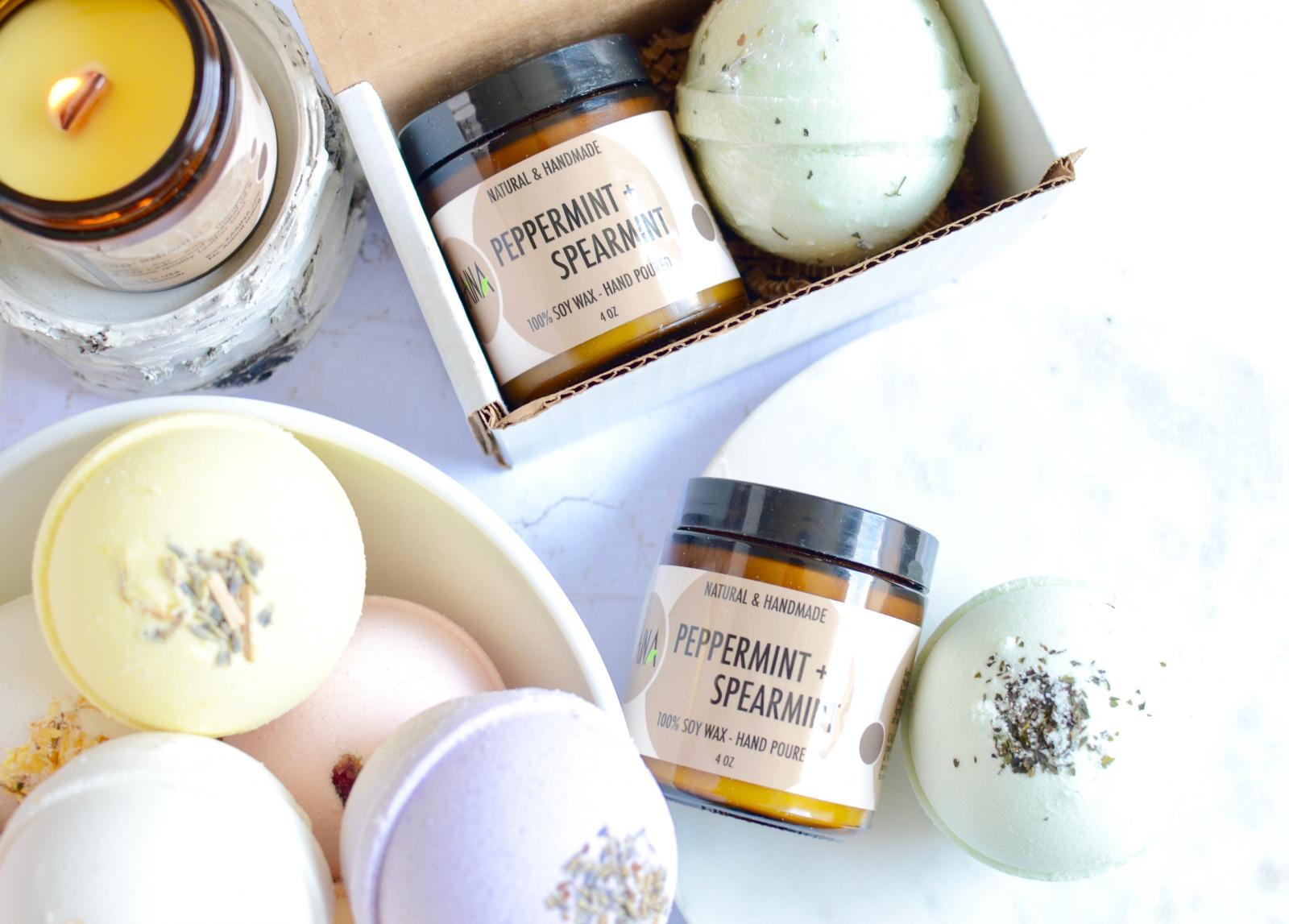 Christmas Gift under $25 - 100% Soy Candle + Aromatherapy Bath Bomb Gift Set