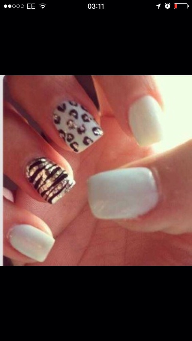 White, silver and black! Cute summer nails💛