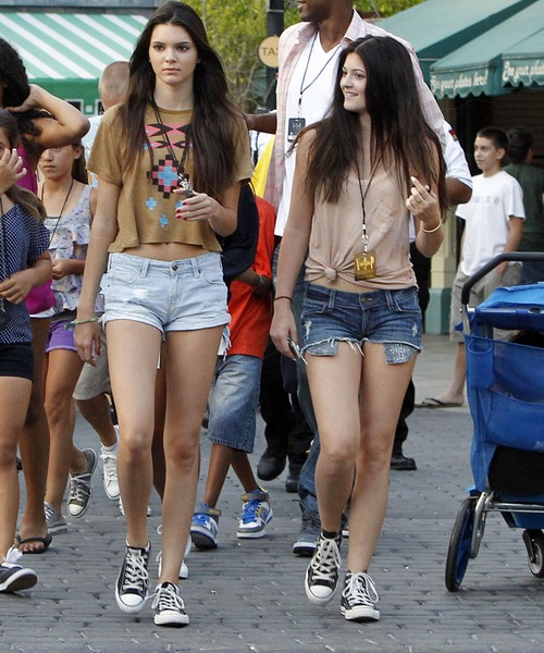 Brown top, denim shorts, classic converse. The Jenner sisters are showing us that you can walk the streets with your best bud looking all matchy matchy. 👯