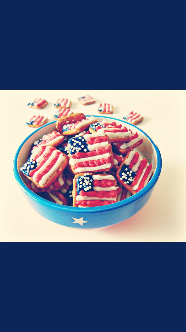This cute pretzels flags are very easy to make  Things needed:  -Square pretzels  -red, white,blue melting chocolate  -white little ball sprinkles What to do: With the frosting do what is on the picture and add white sprinkles on the blue square before putting th red and white lines of frosting😜😀