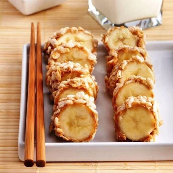 Healthy Banana Sushi Rolls Ingredients: Banana Peanut butter or any nut butter Crispy rice cereal Directions: Spread a banana with peanut butter, slice into bite size pieces, and roll in the rice cereal or the topping you prefer.Serve right away and enjoy a delicious and healthy treat.