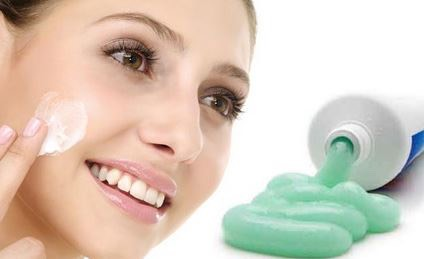 Toothpaste It is one of the most effective ways to remove blackheads and whiteheads.It should be applied sparingly to the infected areas and left about25minutes,then wash thoroughly. Initially you may feel a burning sensation,but a little later will disappear.Thisis effective if applied every 2week