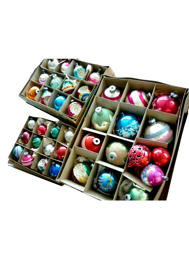 Christmas ornaments only come out once a year, so preserve them right by placing Silica Gel packets in the boxes they're stored in. It keeps them looking newer longer and keeps away the musty smell. 🎅🎄🎁