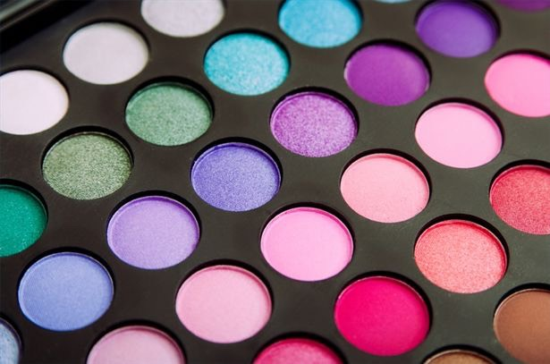 Have a awesome eye shadow that's your favorite color but just doesn't work with you skin tone or is to bright for you to rock it.. Or just extra eyeshadow we all have one when you get a pack of eyeshadows and only use a few... will now you don't have to wast them Using this great tip❤️