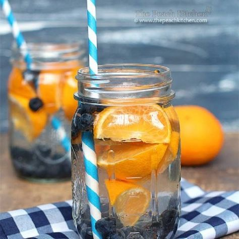 Orange Blueberry   4 cups of water  1 orange (sliced) 1 handful of blueberries  1 handful of mint leaves Ice cubes
