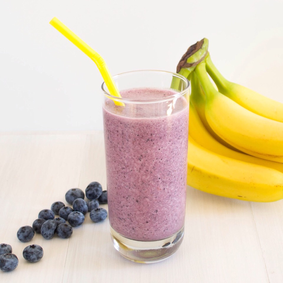 Gather the ingredients. Here are the ingredients you'll need to make a berry banana smoothie:   1 banana 4 large strawberries, stems removed 1/2 cup blueberries 1 teaspoon sugar 1 cup plain yogurt 1/2 cup orange juice Ice    🍇🍌