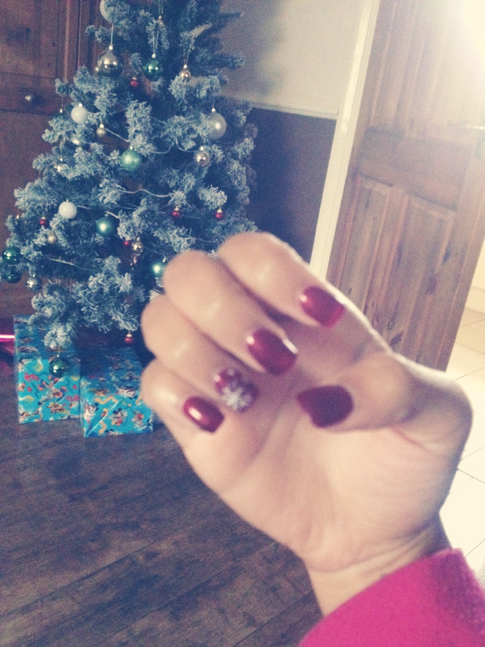 Cute dark red with a snowflake pattern ❄️on the ring finger 💅