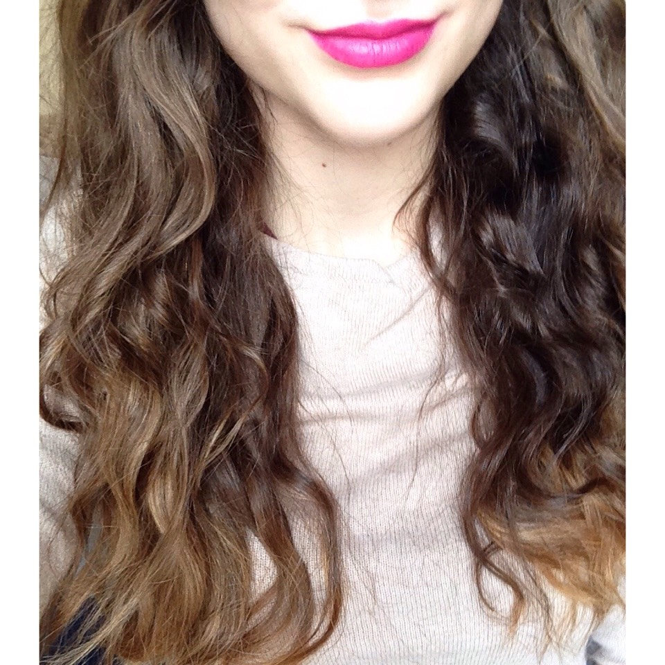 The outcome is a cute and kind of messy curly/wavy hair. They may not be the neatest curls but they needn't be! With this method, you save your hair from heat damage and the curls are very easy to achieve!