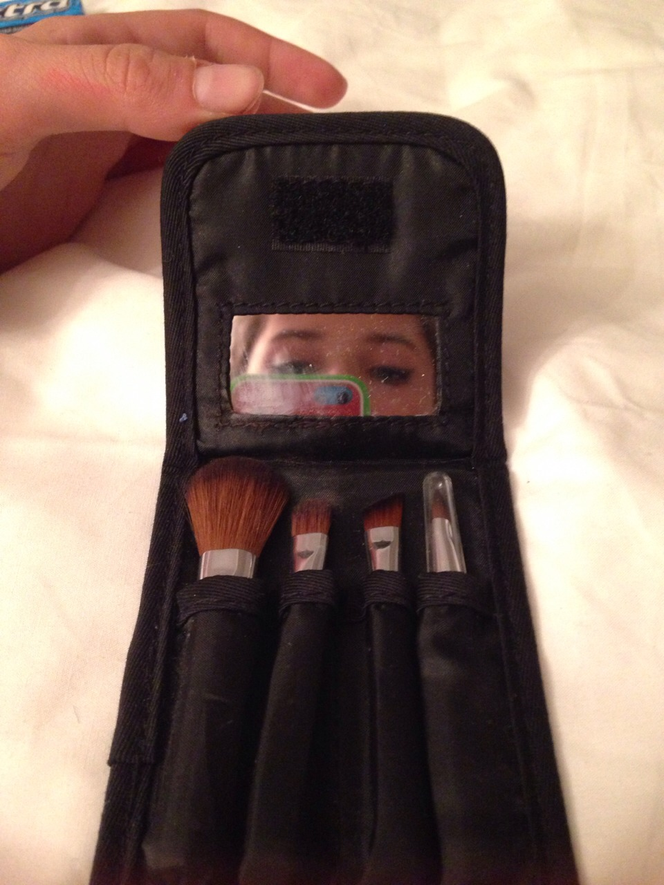 8⃣ - BRUSH KIT (Excuse the face and the phone case and the finger) Brushes are essential to applying makeup in the perf way - it might seem like a faff but it really does make a difference. (Mine is from the body shop)