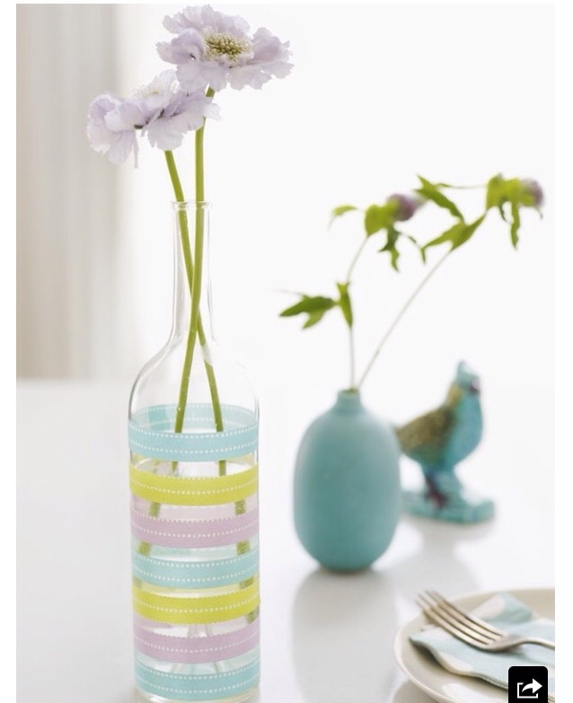 1.Decorate a bottle with washi tape to make a pretty,easy vase.