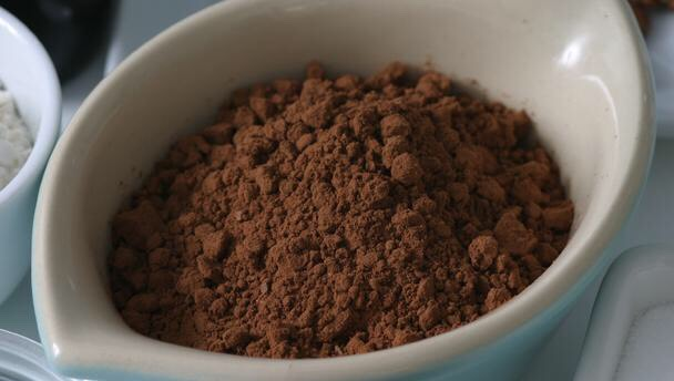 3 teaspoons of chocolate powder .