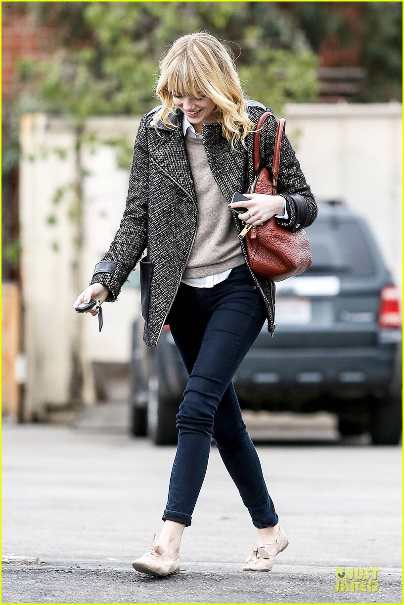 Collared shirt under a grey sweater, a long jacket with jeans and Oxford shoes. Looks like Watson isn't the only Emma dressing English. 🇬🇧