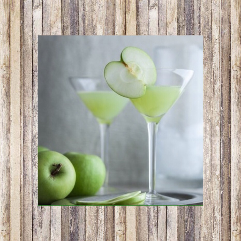 Apple Martini🍸 1.5 oz Apple flavoured vodka 1 oz of Apple schnapps  Dash midori  1.5 oz pineapple juice  1 oz Apple juice 8-10 ice cubes  and lastly a shaker!