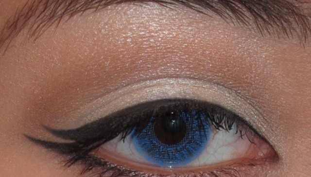 Add another wing to your cat eye to give a fake eyelash look.