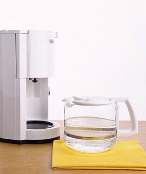 Vinegar as Coffeemaker Cleaner Clean a coffeemaker or a tea kettle by making a pot using a mixture of water and vinegar. Follow with several cycles of water to rinse.
