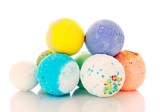 To make your DIY bathbombs you will need: 3 Tblsp Citric Acid (Cream of tartar or lemon juice will work too) 3 Tblsp Baking soda 2 Tblsp Corn starch  Spray Bottle Food colouring Any mold Essoantial oils (Optional)