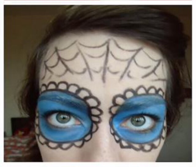 Step 5. - Using the black eyeliner pencil once again draw a spiderweb on your forehead to give it an even creepier look🕷👻
