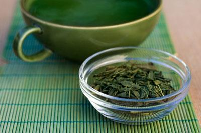 Green tea This mild beverage is great for helping shrink your waistline as well as for decreasing inflammation. The flavonoids in this tea have natural anti-inflammatory properties. And the compound EGCG in green tea has been shown to help reduce body fat.