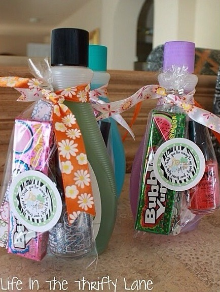 A cute idea for friend gift: Put nail polish, nail file and a bubble gum in a plastic bag with a nail polish remover! So cute, right?