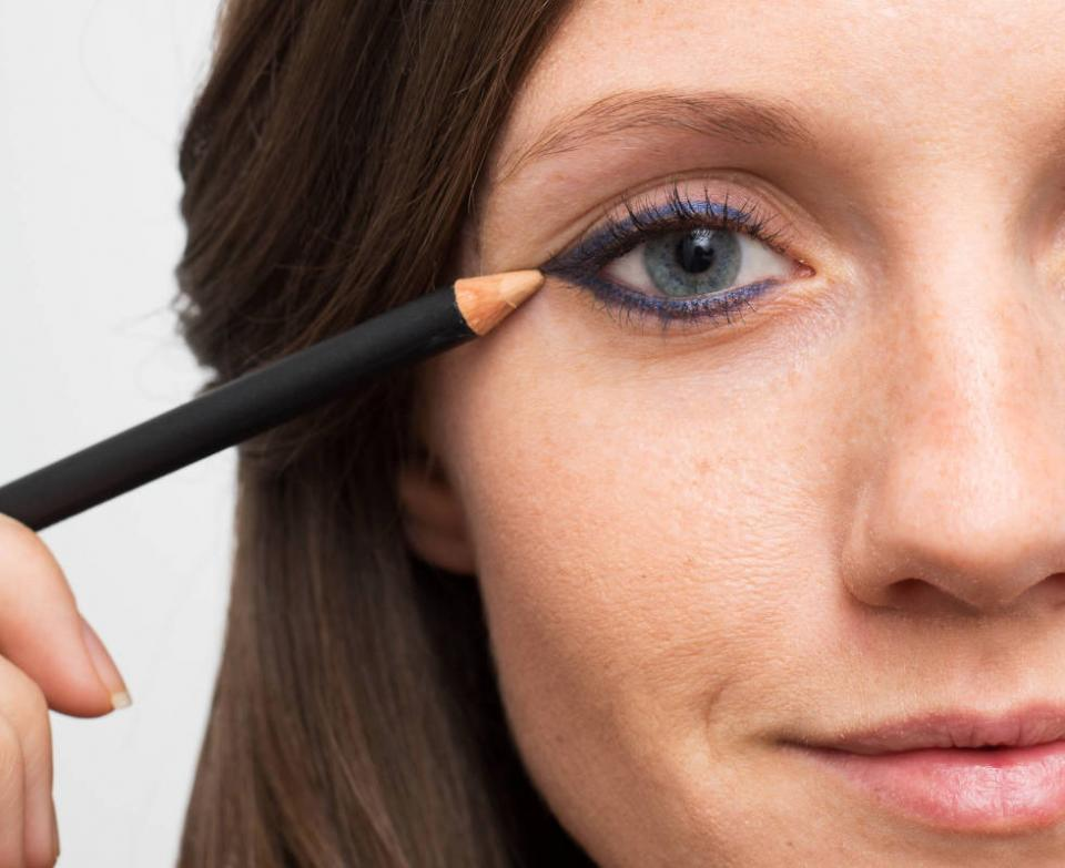 14. Fix smudges with a skin-colored eyeliner. If you've smudged your liner a bit too much, draw over it with a skin-colored liner instead of wiping it off and starting over. This is also a great trick if you want to make the line super-sharp.