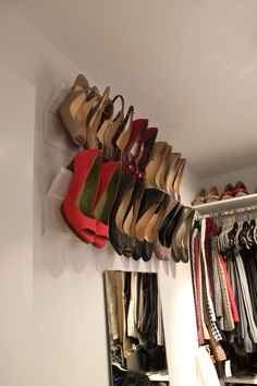 10. Use crown molding to conveniently store your heels👠🎀