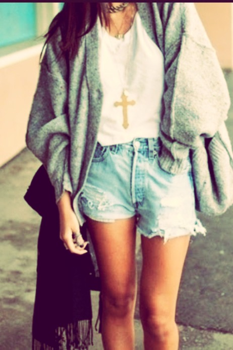 Oversized sweaters and cardigans HAVE to be a part of your outfit to be hipster, a white tee tucked in ripped high wasted look great but a long gold or gray necklace complements it 👄✌️