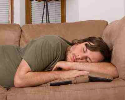 22. Excessive Sleeping Depressed individuals may conversely sleep excessively. They may not want to leave their beds, and can spend hours lounging in bed. They may also fall asleep at inappropriate times.