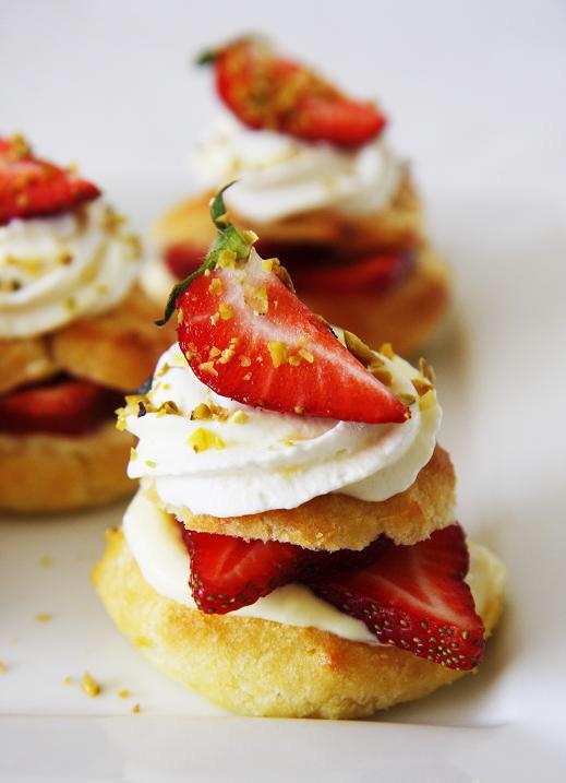 YOU'LL NEED... 1 cup (125 g) flour 3.5 oz (100 ml) milk 3.5 oz (100 ml) water 2 tsp (10 g) sugar 1/2 tsp salt 5 1/2 tbsp (80g) unsalted butter 4 eggs Filling 2 cups (480g) heavy cream 1⁄3 cup (40g) powdered sugar 1 tsp (5g) vanilla extract Fresh strawberries, cut i