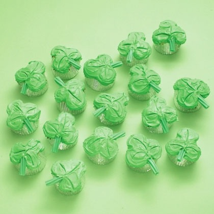 It doesn't take the luck of the Irish to make these St. Patty's Day treats look so sweet — just a clever baking technique.                 Hope you Enjoy! Please like and follow 🍀