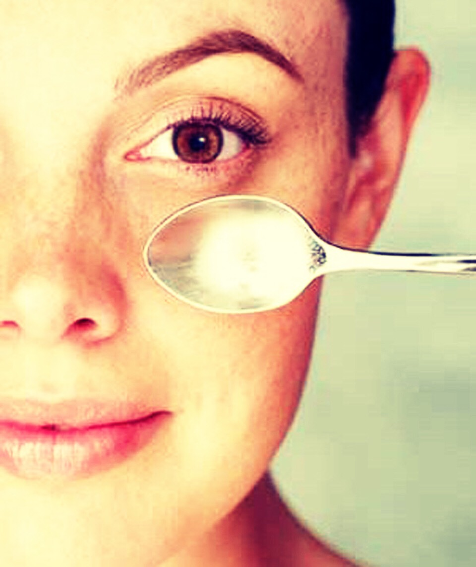 You must have all heard of the old trick for puffy eyes...spoons!!😀😀  If you chill 5-6 metal spoons for up to 15 minutes and then put them over your eyes, it will relax the blood vessels and reduce the puffiness of the eye.