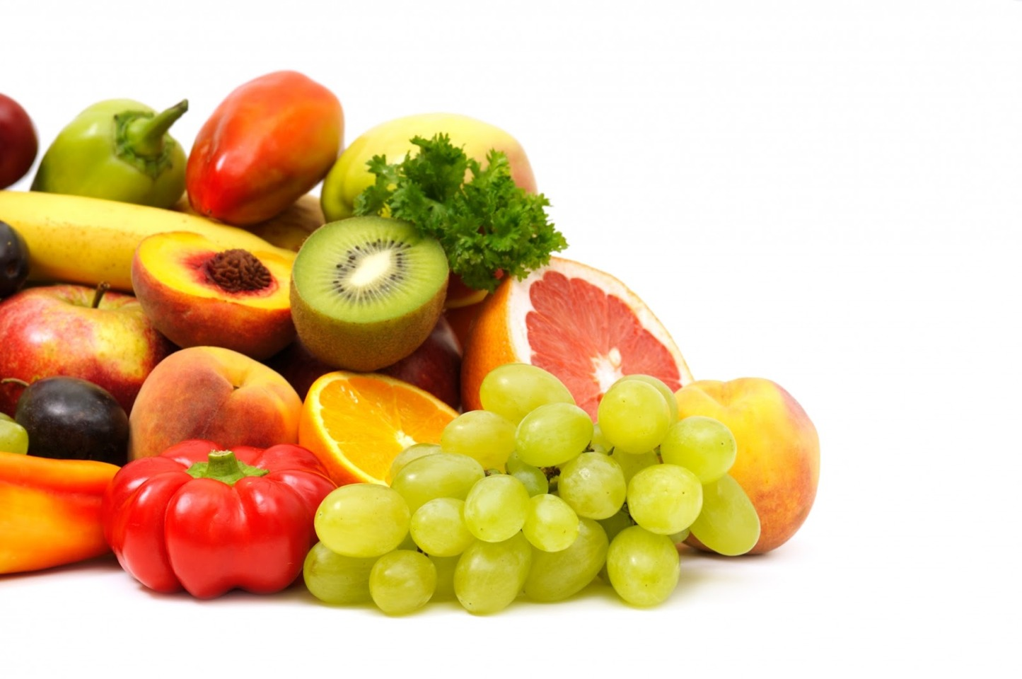 Get enough C  Eating foods high in vitamin C like citrus fruits, berries, peppers and melon helps create a mildly acidic environment which is inhospitable to the bacteria that cause bad breath. Vitamin C can also help prevent gum disease and plaque buildup which can also contribute to halitosis.
