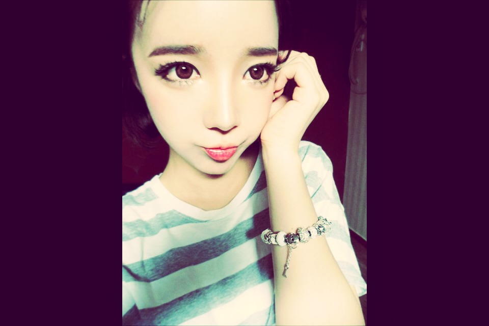 As you can see, ulzzang's are super adorable and very pretty!!! Ulzzang is a korean word meaning pretty face. Its also a popular trend in korea.  Ulzzangs tend to have big eyes,pale skin ,pink small lips ,small face ,pointy nose and a stylish hair and clothes. They also have very clear skin.