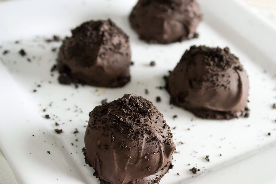 Step 4: Dip the balls into melted chocolate and garnish with oreo crumbs for presentation, then let them set for 10-15 minutes before eating so that the chocolate isnt runny. Enjoy!