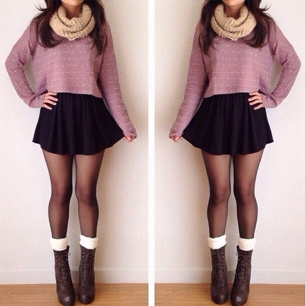 Very cute and tumblr look: Ankle boots, Thin black tights, Cropped jumper, Skater skirt and Scarf. 💄