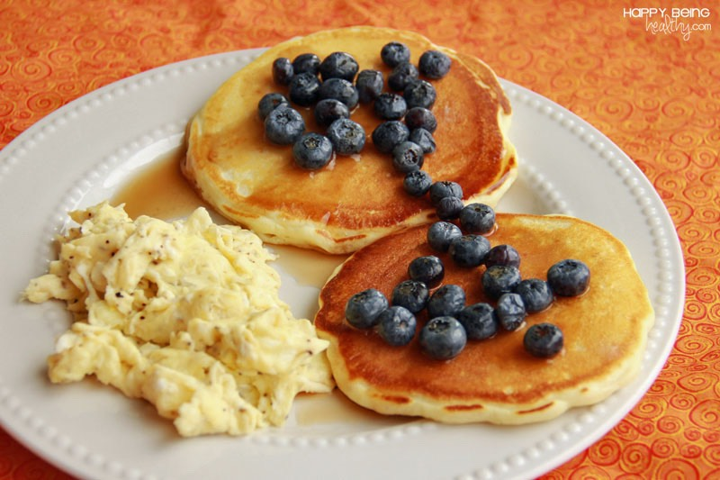 Egg,pancakes,and blueberries (200)