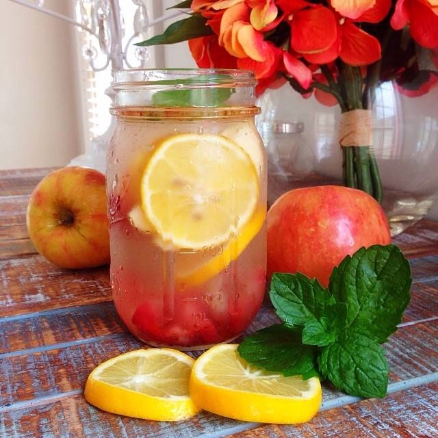 Best summer detox! 1/2 Apple cubed 3-4 slices of lemon 1/2 pomegranate Add with 1L of water! Taste sooo good as well as being super good for you!
