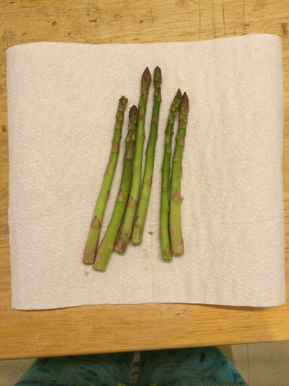 Place asparagus in paper towl