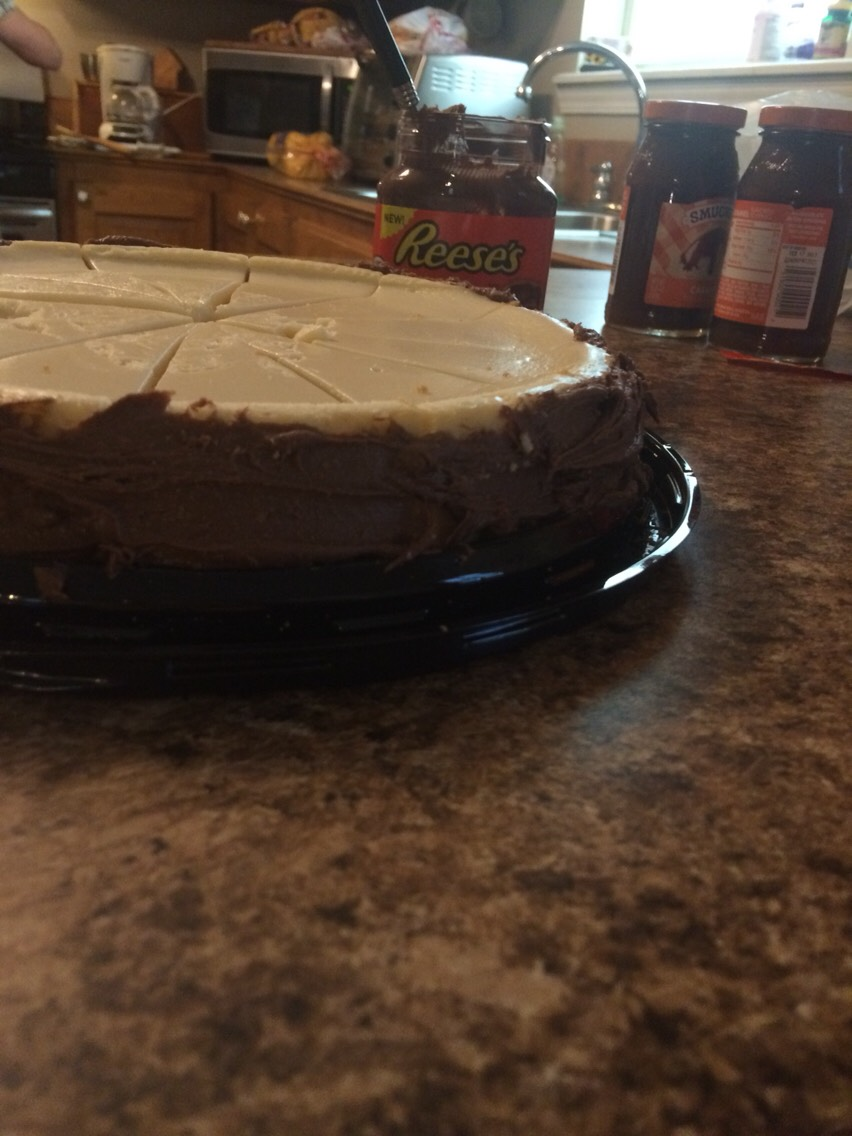You'll need : Reese's Peanut butter  Carmel topping Cheese cake  And Reese's   1. I've already spread the peanut butter on the side of the cheese cake.