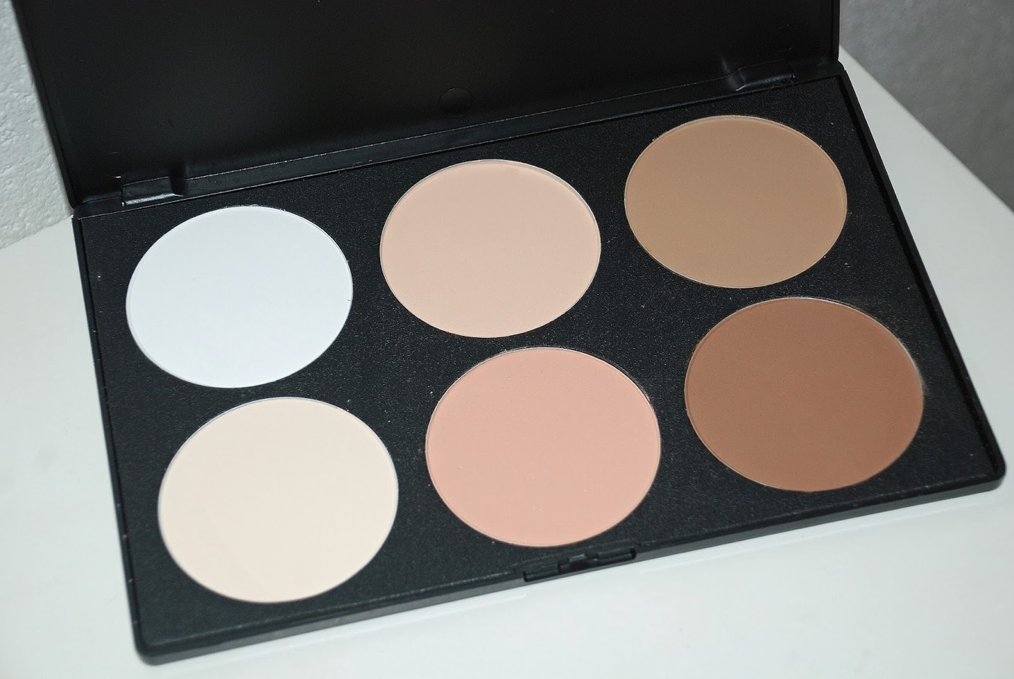 Contour and highlighter, to define and brighten your best features