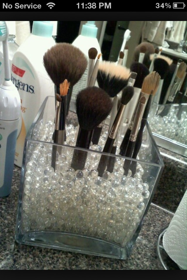 This trick helped me tremendously with organizing my makeup brushes!! It also looks so cute!!👍😉