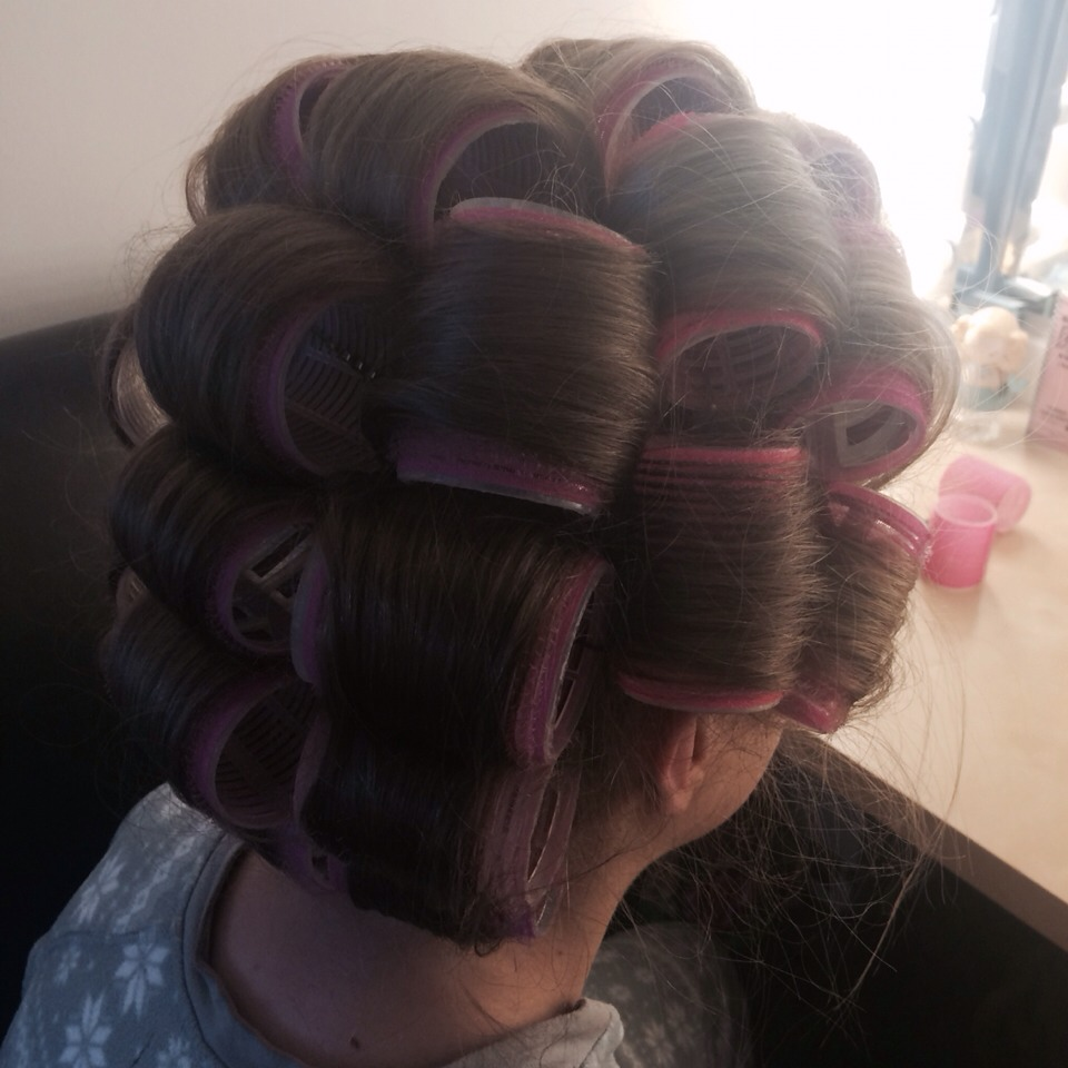 Start at the front and section the hair into layers, work your way back doing a layer at the time. Always clip your rollers into place so they are secure to your head💆