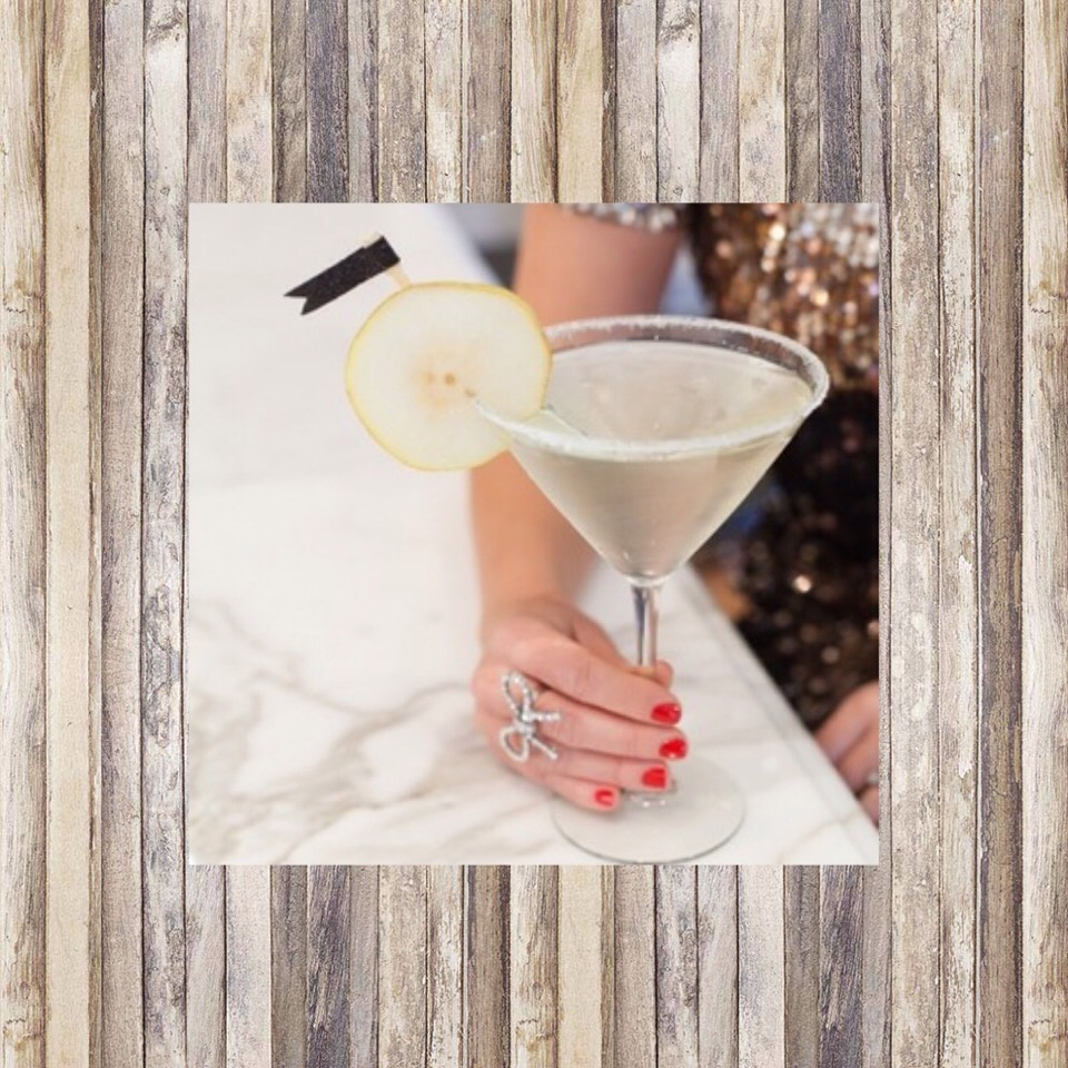 The Pear Martini🍸 2 oz pear vodka  Splash of grapefruit juice  Generous squeeze of lime juice Mix with ice