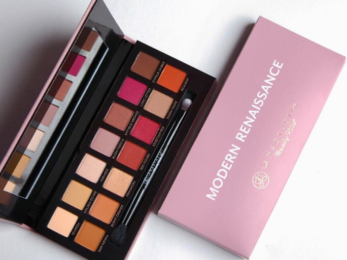 Im obsessed with this pallete. It has neutral and berry tones. Some of the colors are mattes and others are shine. The formula is so buttery. Just and awesome pallete that you can create any look; go from a natural to a smokey eye look for a night out.  For swatches let me know in the comments.