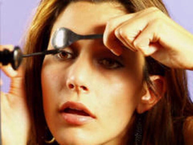 Hold a spoon above your eyelashes then apply mascara.👌