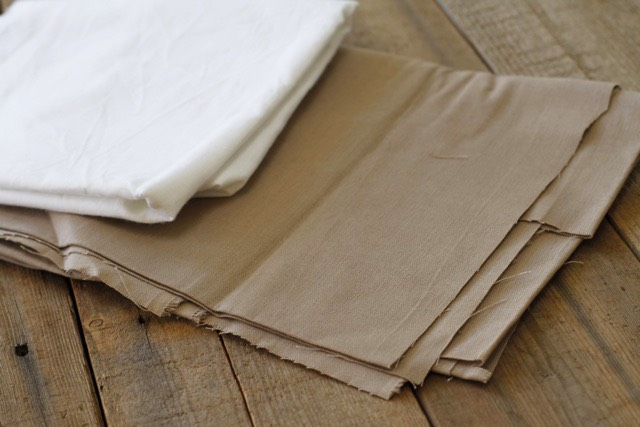 I used a white muslin fabric for the front of the bags and a beige linen-like fabric for the back: