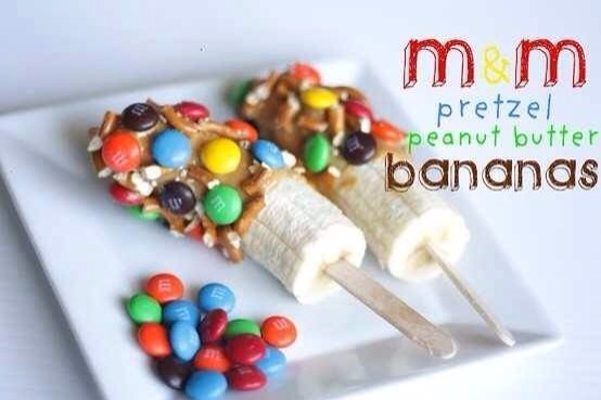 Spread peanut butter over the banana and then put M&M and broken pretzel pieces on the peanut butter  🌟Please💕 like 👍 and follow 👀 me for more great recipes  💌 and if your really like then👉 share 👈 thank you 😊